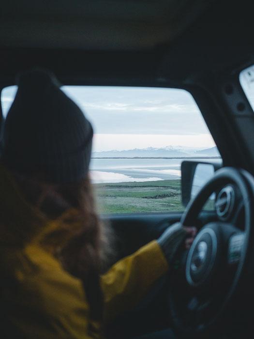 Mujer conducioendo campervan en Islandia